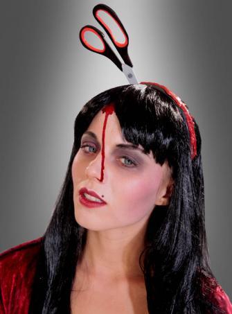 Schere im Kopf am blutigen Haarreif