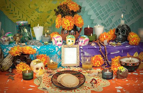 Altar zum Día de los muertos mit Totenköpfen